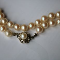 Necklace with real saltwater cultured pearls and antique gold lock with old cut diamonds, ca. 1930/40