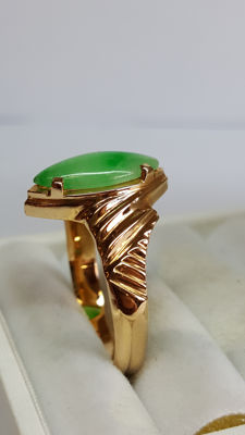 21.6 kt yellow gold vintage women's ring set with a Jade stone, around the 20th century
