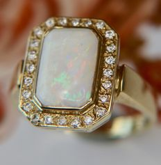 14Kt Gold ring with a solid Noble Opal (Precious Opal) of 1.70ct surrounded by 24 Brilliant cut Diamonds (H/VS1) from Germany 2nd half of 20th century