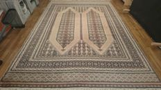 Magnificent Karachi rug from Pakistan – 281/191 cm – handwoven – Very good condition.