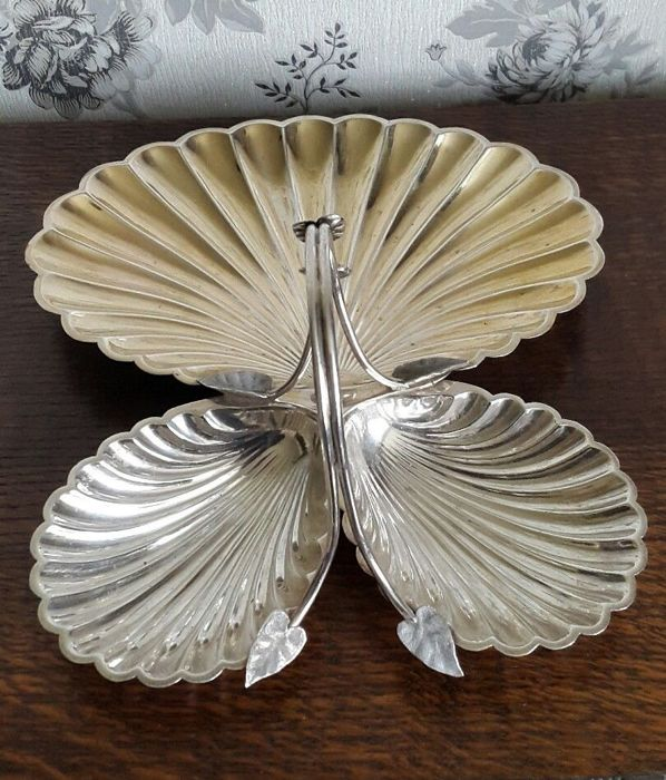Elegant English appetiser tray consisting of 3 silver plated shells marked Roberts and Belk - Dimensions approximately h 20x15 cm - England 1900s