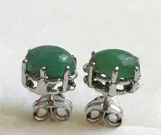 14 kt white gold earrings with Colombian cabochon cut emeralds of 1.18 ct (approx.) - Earring length: 15 mm (approx.) - No reserve