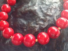 Bracelet made of red coral, with a yellow gold, 18 kt / 750 clasp, length 21 cm.