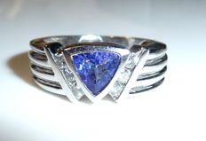 Ring made of 14 kt / 585 white gold with 1 ct Tanzanite trilliant cut + 0.25 ct Diamonds; small ring size of 50 / 16 mm - adjustable