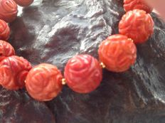 Bracelet made of sculptured red coral with a yellow gold, 18 kt / 750 clasp, length 21 cm.
