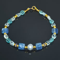 Kyanite, Pearl, Sapphire and two tone Aquamarine bracelet – Length 21.0 cm, 14kt/585 yellow gold clasp