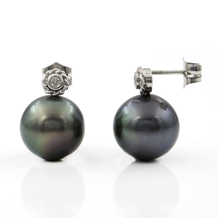 Earrings made of 750/1,000 (18 kt) white gold, with 0.20 ct diamonds  set in round bezels and 13.65 mm Tahitian pearls - Earring height: 19.30 mm