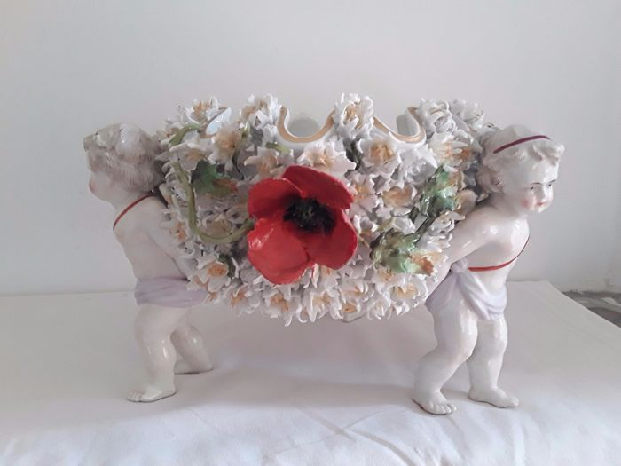 Centrepiece of 3 putti with flower basket