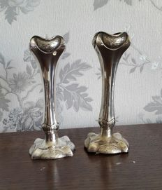 Lot 706 Beautiful pair of flower vases, made of English silver plated by F.B.RS - LTP dimensions ca. h 25X13 cm, England 1900s