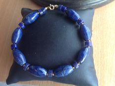 Bracelet made of lapis lazuli with a yellow gold, 18 kt / 750 clasp, length 21 cm.