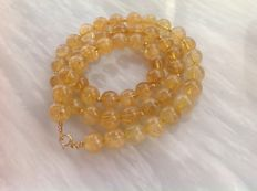 Necklace made of citrine, with a yellow gold, 18 kt / 750 clasp, length 48 cm.