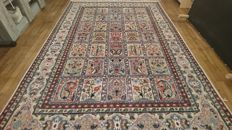 Wonderful Pakistani carpet – with silk – 258/183 cm – Hand-knotted – With certificate of authenticity.