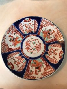 Imari plate decorated with figures - Japan - late 19th century