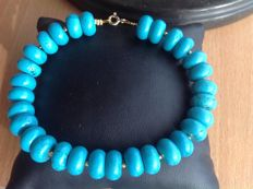 Bracelet of turquoise with yellow gold 18kt clasp, length 21 cm.
