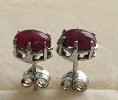 14 kt white gold earrings with cabochon cut ruby of 1.18 ct - Earring length: 15 mm - No reserve