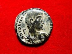 Roman Empire - Decentius caesar, 350-353 A.D. bronze maiorina (4,78 g. 21 mm.) from Rome mint, 351-352 A.D. Victories holding shield in reverse, */ RT