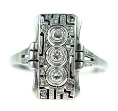 14 karat white gold Art Deco ring set with diamonds, around 1920.