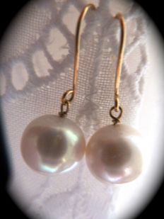 Freshwater cultivated pearl earrings, 18 kt yellow gold clasp