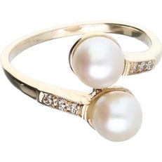 14 kt – Yellow gold ring set with 2 cultured pearls and 6 brilliant cut diamonds, approx. 0.06 ct in total – Ring size: 17.5 mm