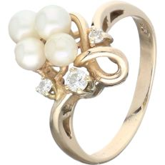 14 kt yellow gold fantasy ring set with 3 cultured pearls and 3 round brilliant-cut diamonds of approx. 0.13 ct in total - Ring size: 17.75 mm