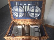 Large Reed Picnic basket for classic car 4 people