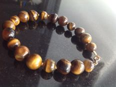 Bracelet of tiger's eye with yellow gold 18 kt/750 clasp, length 20 cm.