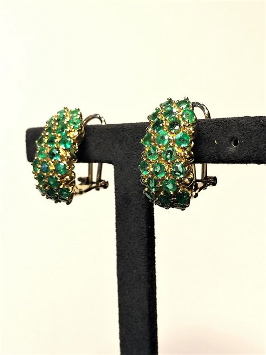 Earrings of 18 kt yellow gold with emeralds and a weight of 4.50 ct in emerald, total item weight 14.1 grams, 2.2 cm length x 1.2 width.