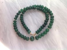 Necklace made of emerald, with a yellow gold, 18 kt / 750 clasp, length 4 cm.