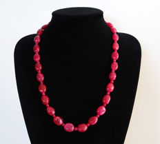 Necklace of polished rubies - 14 kt hallmarked Gold clasp - approx. 400 ct, Total length 61 cm.