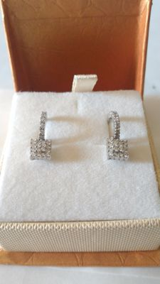 Earrings in18 kt white gold with diamonds.