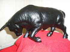 Very nice and heavy cast iron sculpture of a tough bull