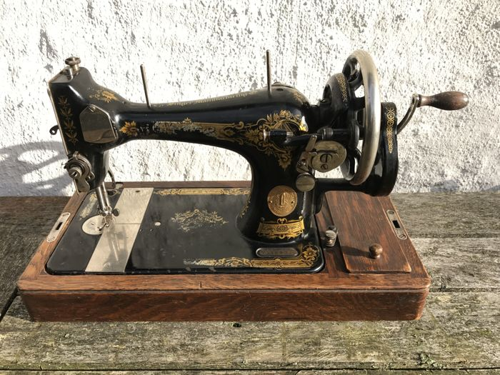 Singer 28K sewing machine with original wooden cover, 1926