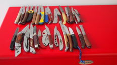 32 pocket knives including 10 hunting pocket knives with auto lock when opening