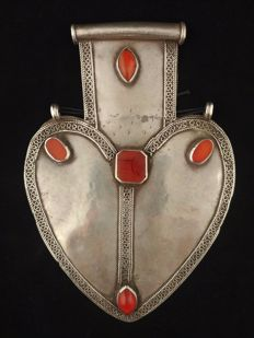 Antique heart-shaped pendant in silver and carnelians – Turkmen tribes, early 20th century