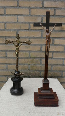 Lot with two standing crucifixes made of palm wood and bronze - 19th century