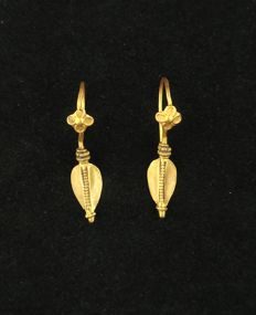 Antique leaf-shaped earrings in 22 kt gold – Gujarat, India, early 20th century