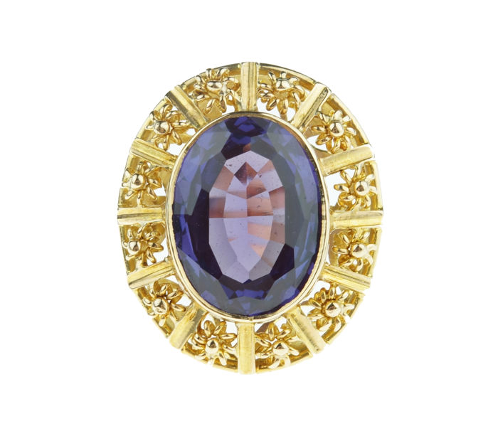 14 kt gold vintage ring set with synthetic Corundum in a tooled setting, ring size: 16.5