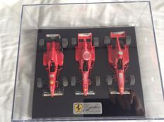 Bburago - Scale 1/24 - Lot with 3 models: 3 x Formula 1 Ferrari cars with case and Yamaha Valentino Rossi No. 46 official cap