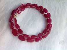 Necklace made of ruby with a yellow gold, 18 kt/ 750 clasp, length 45 cm.