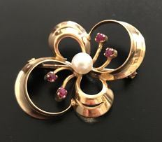 Vintage bow brooch in 18 kt yellow gold, with a real Akoya pearl in the centre of diameter 6 mm surrounded by rubies