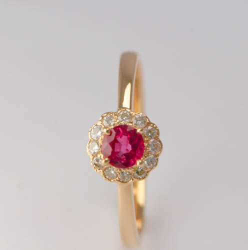 18 k Yellow Gold Ring with 4 mm Natural Ruby and 0.01 Diamonds - size 14