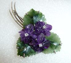 White gold brooch with jade leaves, amethyst flowers and 3 diamonds made of 585 / 14 kt white gold, circa 1960