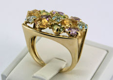 New ring in 18 kt yellow gold with a pavé of mixed natural gemstones. Diameter measures 18 mm, and resizing is a possibility.
