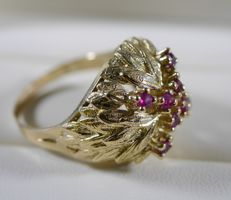 Gold vintage ring in 18 kt yellow gold with its 8 rubies, 1950s–1960s