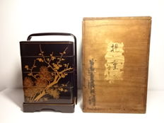 Beautiful lacquerware jubako lunch box with maki-e design of pine tree and plum blossoms - Japan - Early 20th century