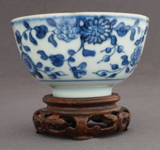 Bowl with continuous underglaze blue floral decorations - China - first half 18th century