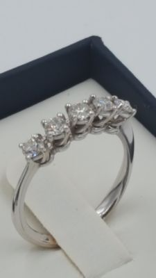 "18 kt white gold ""Riviere"" ring with 5 claw settings and 5 diamonds for a total of  0.50 ct, clarity VS, colour I"