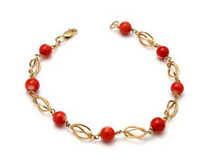 Bracelet in 18 kt yellow gold with coral. 19.5 cm