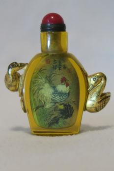 "Snuff bottle painted with a rooster motif inside and with signature of the artist ""er Zhong"" - China 21st. Century."