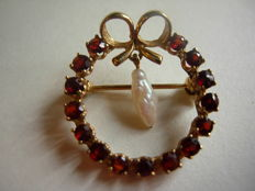 0.33 kt gold brooch with garnets and baroque pearl